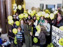 Kinder und Eltern bei der Übergabe von über 4000 Unterschriften